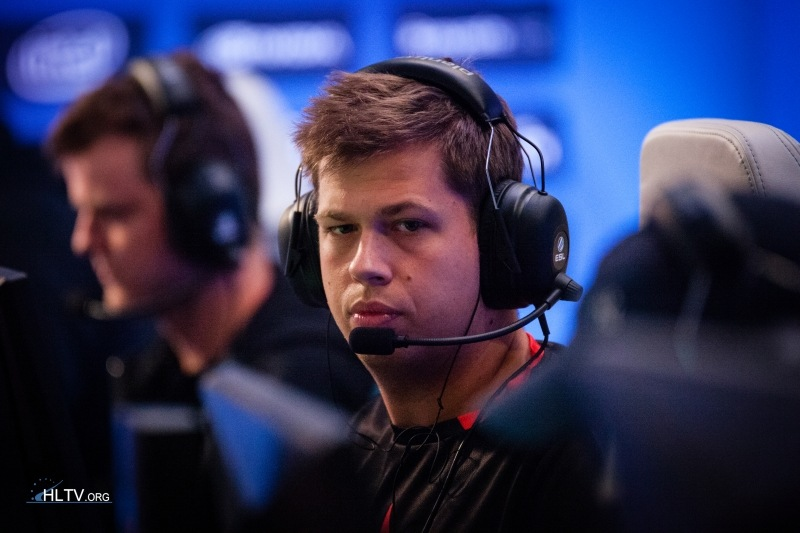 Karrigan takes the different path, has no issues with the headsets